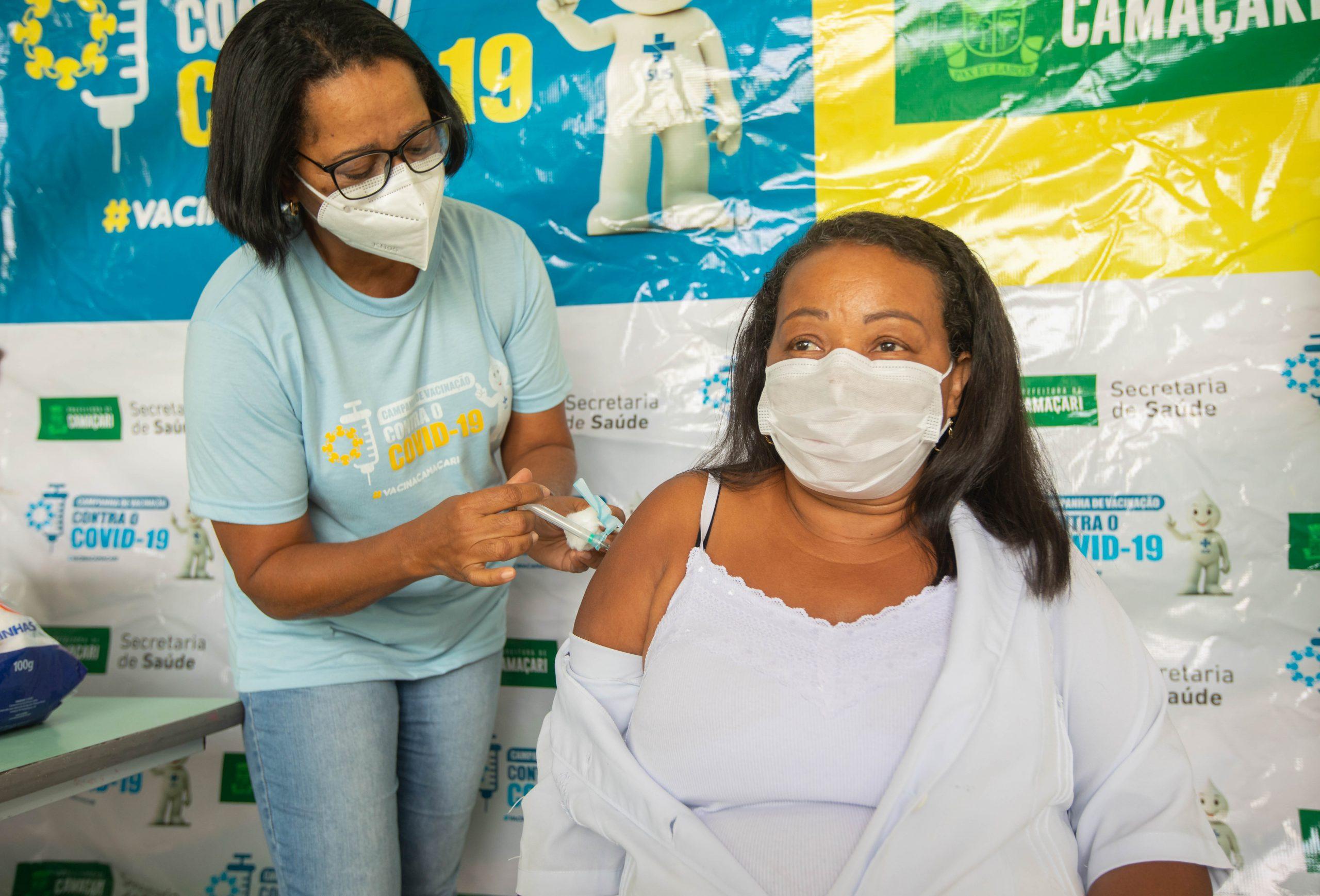 Primeira vacinada em Camaçari recebe 2ª dose da CoronaVac